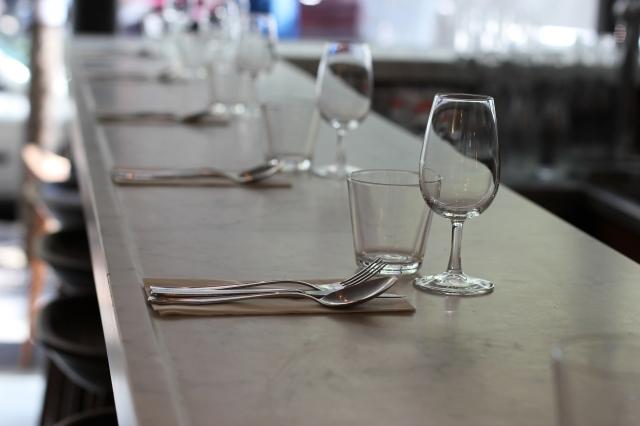 le dauphin restaurant paris marble bar counter